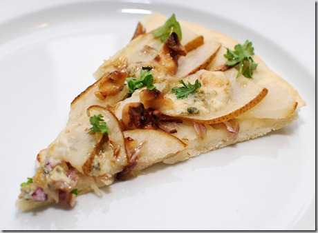 Red onion, pear, gorgonzola pizza2