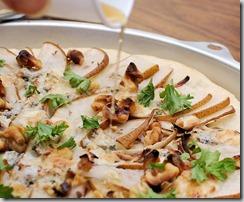 Red onion, pear, gorgonzola pizza5